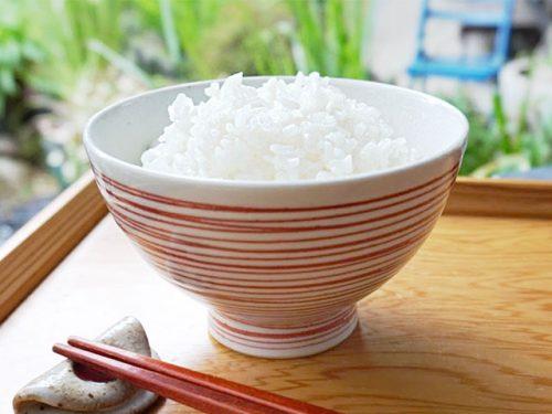 白米と赤い茶碗